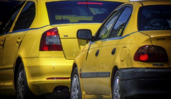 Από πού κρατά η σκούφια της λέξης ταξί