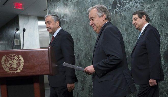 Ο γγ του ΟΗΕ Αντόνιο Γκουτέρες με τον Τουρκοκύπριο ηγέτη Μουσταφά Ακιντζί και τον Κύπριο πρόεδρο Νίκο Αναστασιάδη