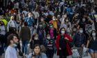 Κόσμος με μάσκες περπατά στην Ισπανία