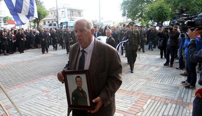 ΛΑΡΙΣΑ-Κηδεία του υπολοχαγού, Κωνσταντίνου Χατζή, ο οποίος έχασε τη ζωή του στη συντριβή του ελικοπτέρου στο Σαραντάπορο.(EUROKINISSI/ΜΙΧΑΛΗΣ ΜΠΑΤΖΙΟΛΑΣ)