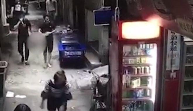 Έκοψε το κεφάλι της συζύγου του και βγήκε ατάραχος στο δρόμο να το πετάξει στον κάδο