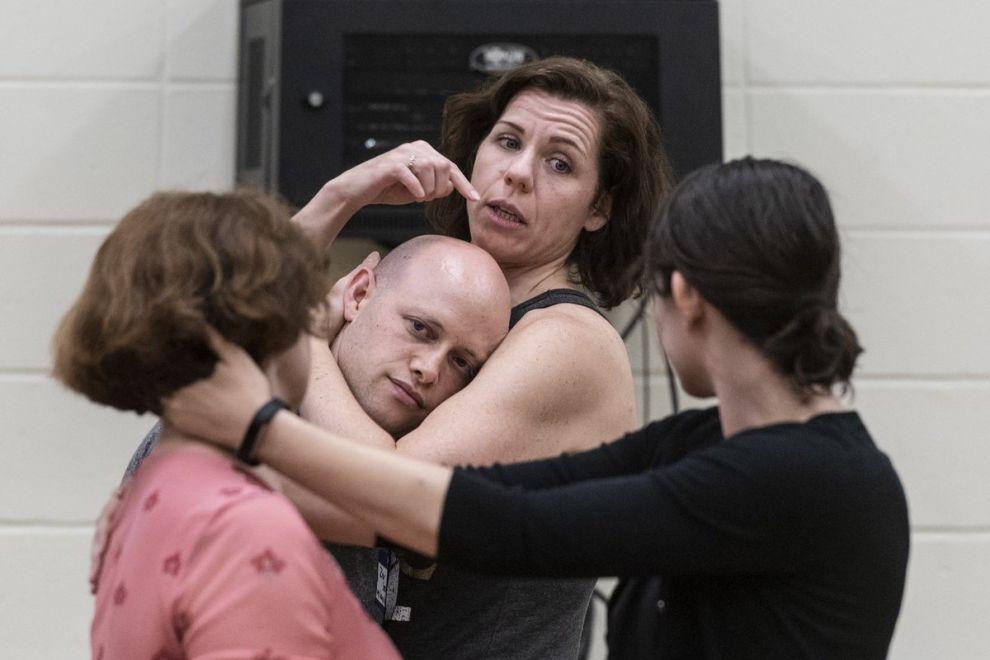 Οι intimacy coordinators, Zev Steinrock και Claire Warden επί το έργον, χορογραφώντας τις ερωτικές σκηνές ενός σεναρίου.
