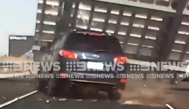 Μη σου τύχει: Ταμπέλα εθνικής οδού πέφτει και διαλύει αυτοκίνητο