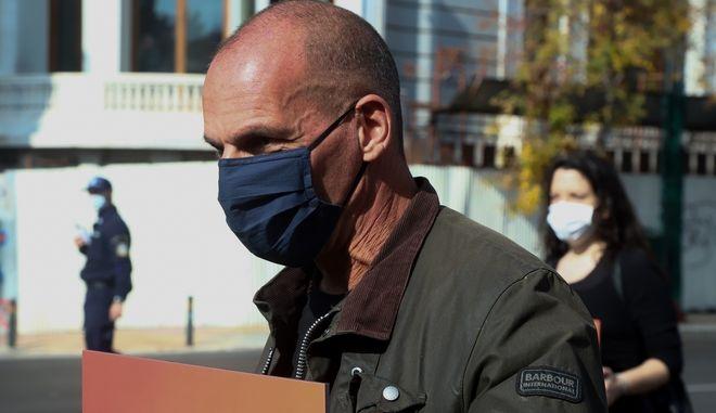 Ο Γιάνης Βαρουφάκης στην πορεία του ΜΕΡΑ 25 για την 47η επέτειο από την εξέγερση του Πολυτεχνείου