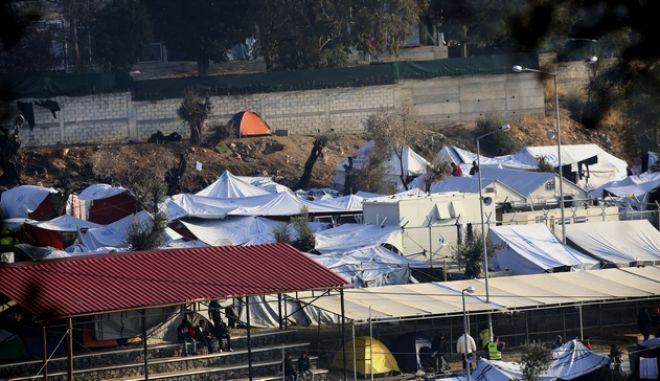 Πυρκαγιά στο Κέντρο Φιλοξενίας Προσφύγων στη Μόρια της Λέσβου το βράδυ της Πέμπτης 24 Νοεμβρίου 2016. Σύμφωνα με τα όσα έγιναν γνωστά ως τώρα μια 60χρονη γυναίκα από το Αφγανιστάν προσπαθούσε να μαγειρέψει όταν η φιάλη άρπαξε φωτιά. Η φωτιά γρήγορα μεταδόθηκε σε ολόκληρη τη σκηνή με αποτέλεσμα να εγκλωβιστεί και να βρει τραγικό θάνατο τόσο η 60χρονη γυναίκα όσο και ο πέντε ετών εγγονός της. και να υποστούν σοβαρά τραύματα και εγκαύματα η μητέρα του πεντάχρονου αγοριού και το δεύτερο παιδί της που βρίσκονταν σε διπλανή σκηνή. (EUROKINISSI)