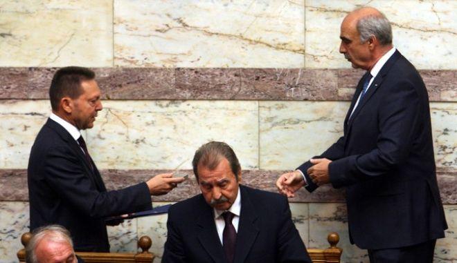 ΑΘΗΝΑ-ΒΟΥΛΗ-Ο Υπουργός Οικονομικών, Γιάννης Στουρνάρας, κατάθεσε το σχέδιο του Κρατικού Προϋπολογισμού 2014 στη Βουλή, σήμερα Πέμπτη 21/11/2013.(EUROKINISSI-ΤΑΤΙΑΝΑ ΜΠΟΛΑΡΗ)