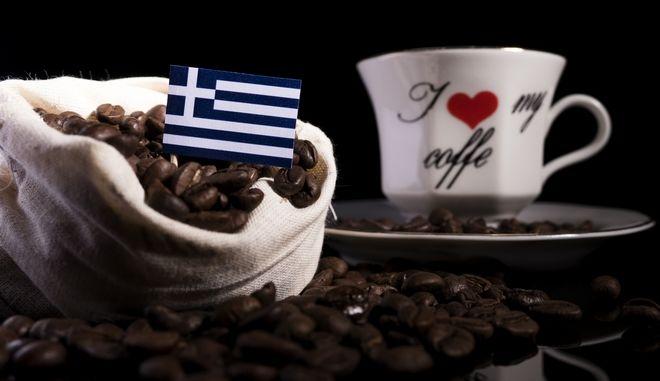 Ποιοι Έλληνες πίνουν περισσότερο καφέ (και πόσο). Ένας μύθος καταρρίπτεται