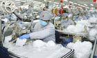 Εργάτες κατασκευάζουν μάσκες στην Κίνα