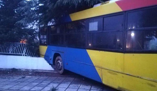 Απίστευτο: Λεωφορείο του ΟΑΣΘ έπεσε σε περίφραξη σπιτιού