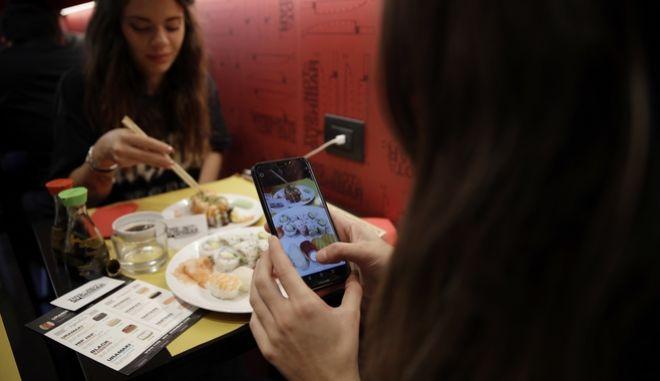 Παρέα φίλων τρώει σε εστιατόριο