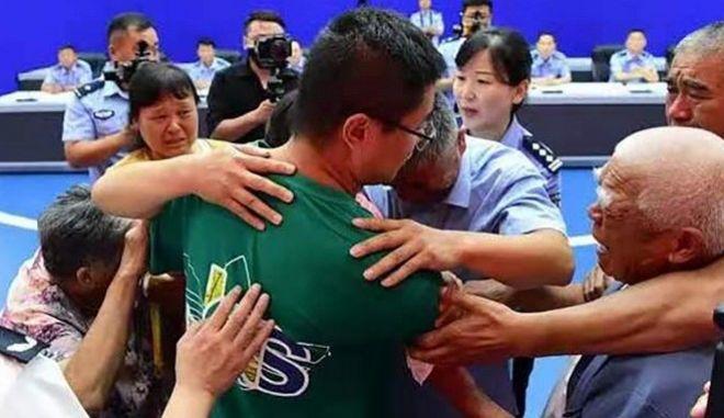 H στιγμή που ο 26χρονος πια, Guo Xinzhen συναντά τους βιολογικούς του γονείς -24 χρόνια μετά την απαγωγή του.