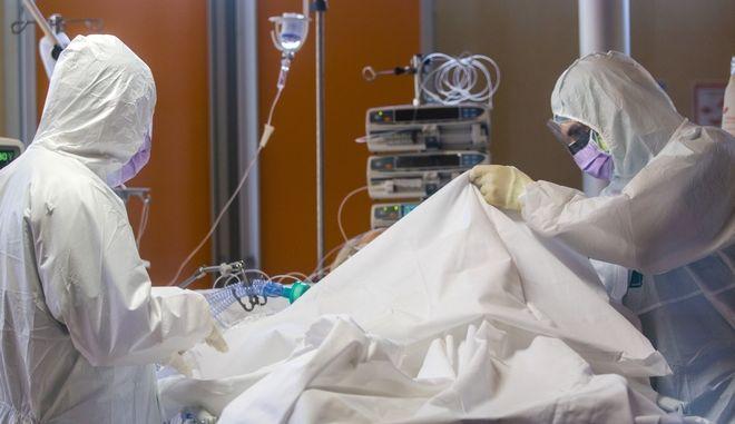 Γιατροί φροντίζουν ασθενή με κορονοϊό