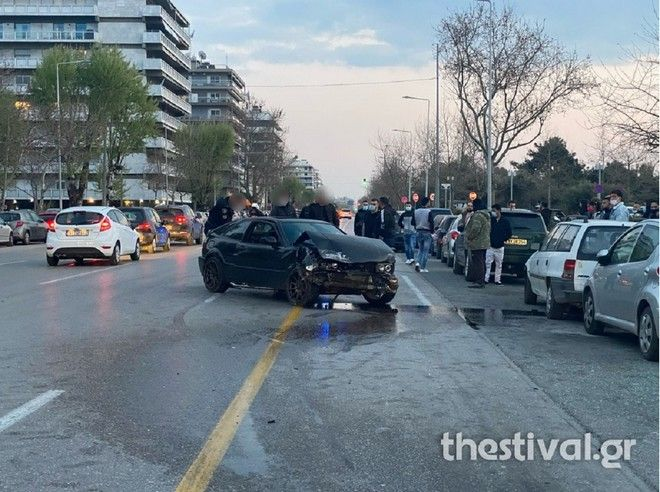 Θεσσαλονίκη: Τρελή πορεία αυτοκινήτου- Προσέκρουσε σε σταθμευμένα οχήματα