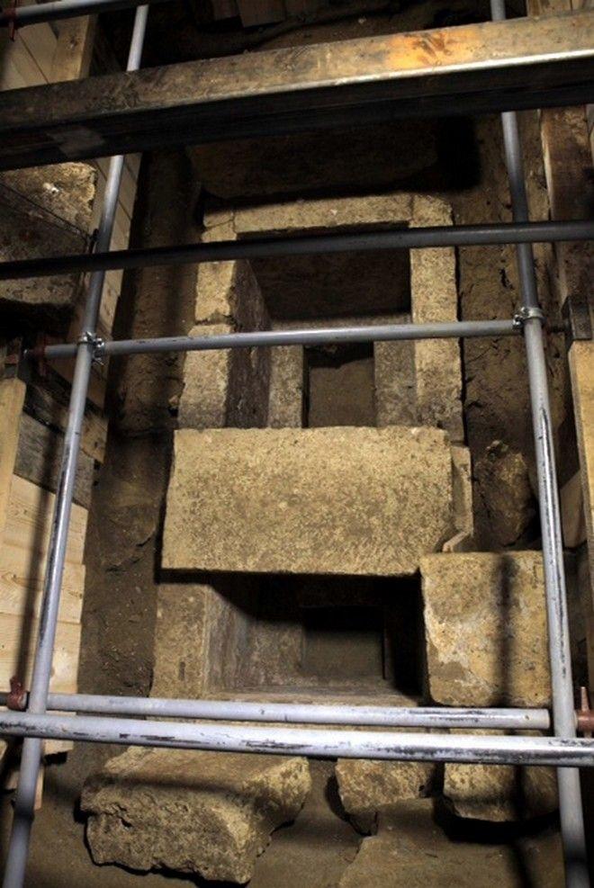 Στιγμιότυπο από τις εργασίες από την Εφορεία Αρχαιοτήτων Σερρών, στον λόφο Καστά και συγκεκριμένα στον τρίτο θάλαμο. Σε βάθος 1,60μ. από τους σωζόμενους λίθους του δαπέδου, αποκαλύφθηκε μεγάλος κιβωτιόσχημος τάφος, κατασκευασμένος από πωρόλιθους. (EUROKINISSI/ΥΠ. ΠΟΛΙΤΙΣΜΟΥ)