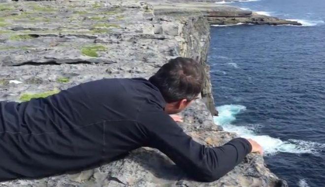 Βίντεο: Άνδρας με υψοφοβία προσπαθεί να απολαύσει τη θέα