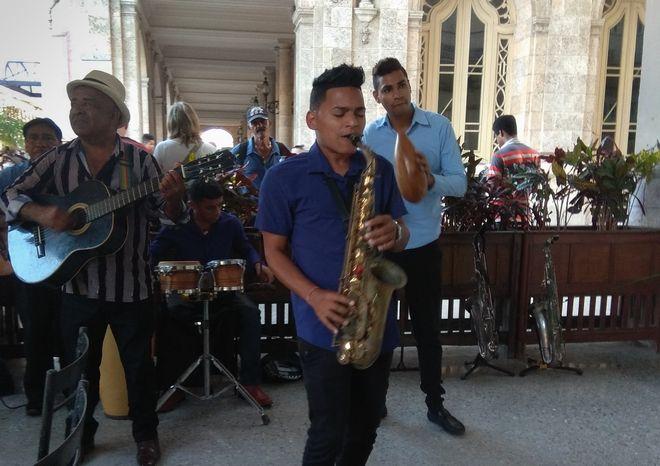 Η μπάντα στο εξωτερικό καφέ του θρυλικού ξενοδοχείου Inglaterra