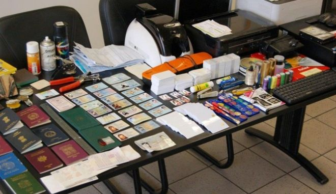 Έστησαν εργαστήριο πλαστών εγγράφων μετά την εξάρθρωσή τους