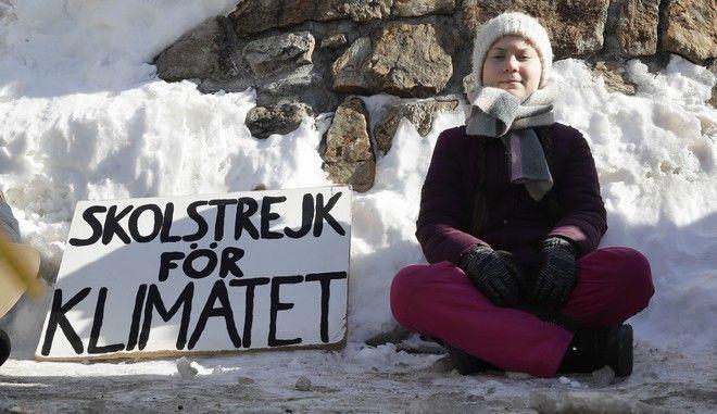 Η 16χρονη ακτιβίστρια Γκρέτα Τούνμπεργκ έξω από τον χώρο που Παγκόσμιου Οικονομικού Φόρουμ του Νταβός