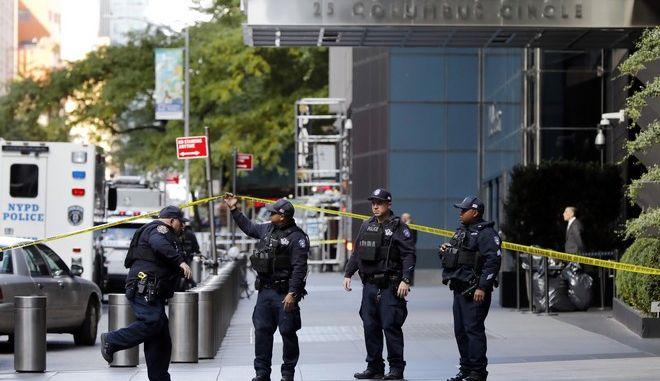 Αστυνομικοί της Ν. Υόρκης στο Time Warner Center μετά το ύποπτο δέμα που εστάλη στα γραφεία του CNN
