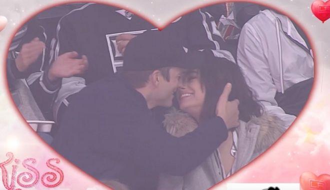 Kiss Cam: Το φιλί Κούτσερ στην Κούνις στον αγώνα χόκεϊ