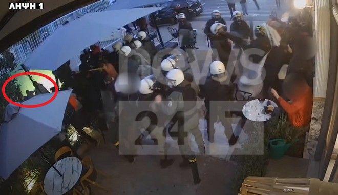 Αστυνομική βία: Η στιγμή της απρόκλητης επίθεσης σε καφετέρια στο Γαλάτσι – Βίντεο Ντοκουμέντο