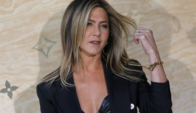 US actress Jennifer Aniston poses during a photocall ahead of a diner for the launch of a Louis Vuitton leather goods collection in collaboration with US artist Jeff Koons, at the Louvre in Paris, Tuesday, April 11, 2017. (AP Photo/Francois Mori)