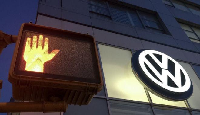 Das Logo von Volkswagen leuchtet am 26.09.2015 an der Fassade der Volkswagen Niederlassung «Manhattan» in New York in den USA. Links leuchtet eine rote Fußgängerampel. Foto: Michael Kappeler/dpa +++(c) dpa - Bildfunk+++