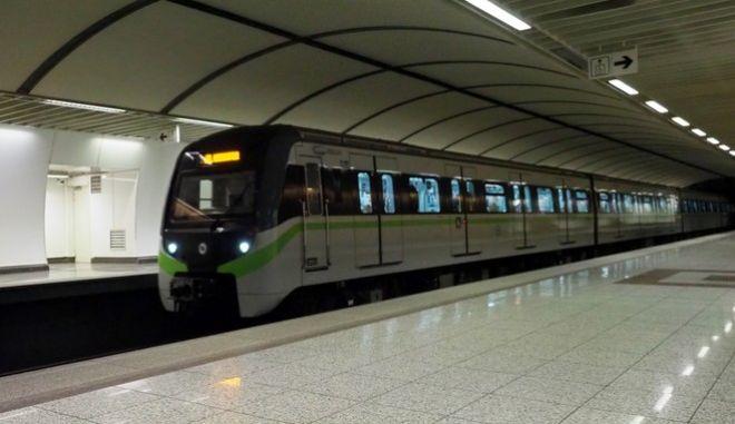 Συρμός του Μετρό εισέρχεται στο σταθμό της Ακρόπολης. (EUROKINISSI/ΓΙΩΡΓΟΣ ΚΟΝΤΑΡΙΝΗΣ)