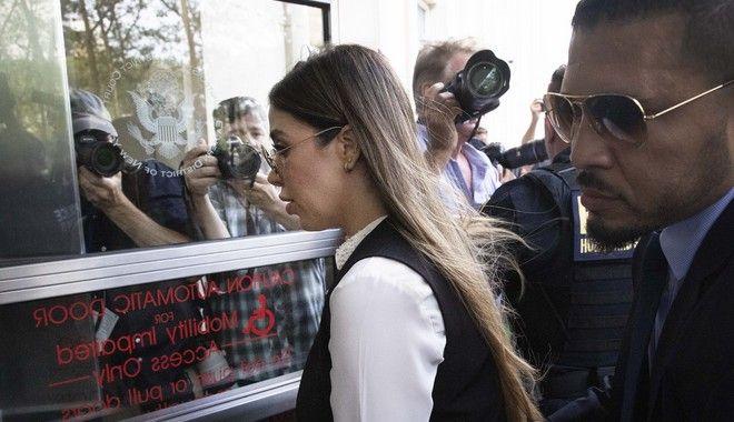 H σύζυγος του Chapo κατηγορείται πως ενέχεται σε δίκτυο που πλημμύρισε την αγορά των ΗΠΑ με ουσίες, από ποσότητες κοκαΐνης ως μαριχουάνας, περνώντας από την ηρωίνη και τις μεθαμφεταμίνες.