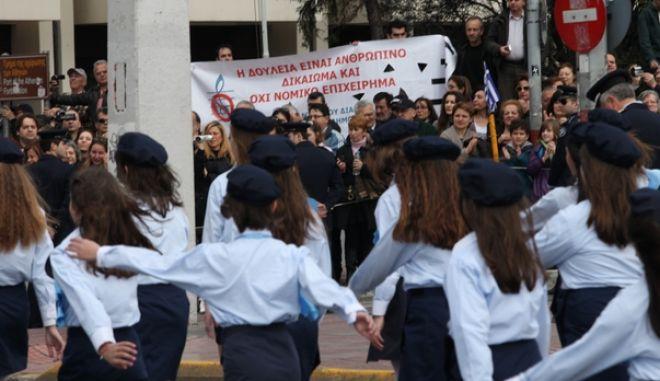 ΑΘΗΝΑ-ενώπιον της υπουργού Παιδείας Αννας Διαμαντοπούλου, διεξάγεται η μαθητική παρέλαση για την εθνική επέτειο της 25η Μαρτίου// ΣΤΗ ΦΩΤΟΓΡΑΦΙΑ ΔΙΑΜΑΡΤΥΡΙΑ ΕΚΠΑΙΔΕΥΤΙΚΩΝ.(EUROKINISSI-ΓΙΑΝΝΗΣ ΠΑΝΑΓΟΠΟΥΛΟΣ)