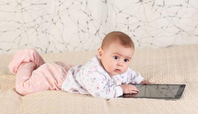 Κινητά και ταμπλέτες 'κλέβουν' τον ύπνο ακόμη και από μωρά 6 μηνών!