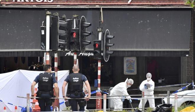 Αστυφύλακες και το εγκληματολογικό της αστυνομίας της Λιέγης μετά την δολοφονική επίθεση στο κέντρο της πόλης