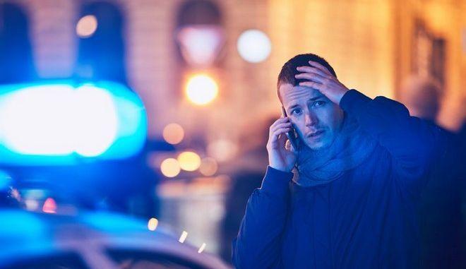 Νεαρός άνδρας τηλεφωνεί για βοήθεια