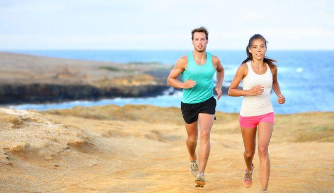 Το τρέξιμο ή το περπάτημα στην άμμο είναι ένας εύκολος τρόπος για να φέρουμε σε μία ισορροπία και πάλι το σώμα μας.