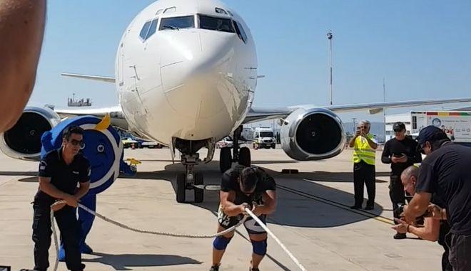 ΕΚΑΜίτης τραβάει μόνος με σχοινί Boeing 737 στο Ελευθέριος Βενιζέλος