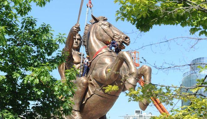 "To άγαλμα που θα αποκαλούν στο εξής ""Μέγας Αλέξανδρος"" στο κέντρο των Σκοπίων"