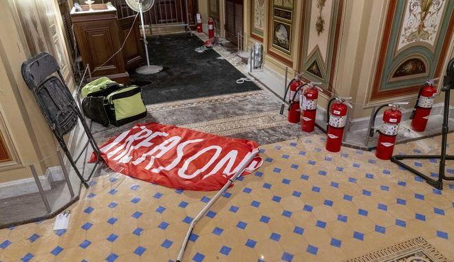 """Πανό που γράφει τη λέξη """"Προδοσία"""" σε διάδρομο του Καπιτωλίου, λίγο μετά την εισβολή των οπαδών του Τραμπ"""