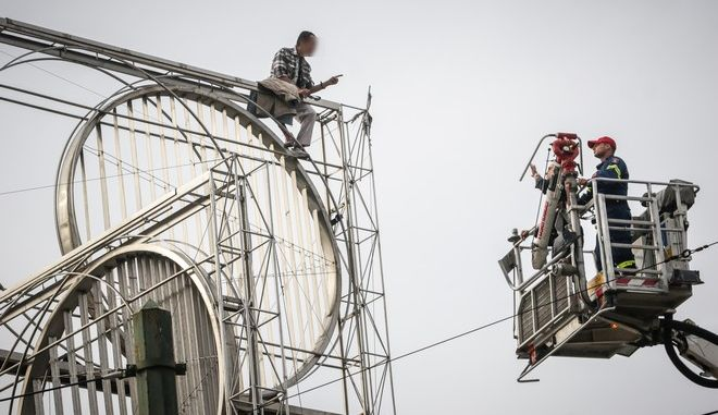 Άνδρας ανέβηκε σε γλυτπό στην πλατεία της Ομόνοιας και απειλεί να αυτοκτονήσει