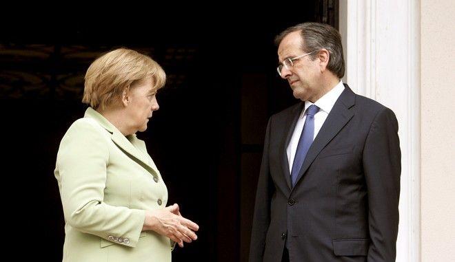 Στιγμιότυπο από τον Οκτώβριο του 2012 με τον τότε πρωθυπουργό Αντώνη Σαμαρά να υποδέχεται στο Μαξίμου την Γερμανίδα καγκελάριο Άνγκελα Μέρκελ