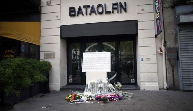 Στήλη με τα ονόματα όσων έχασαν τη ζωή τους στην αίθουσα θεαμάτων Μπατακλάν κατά τις τρομοκρατικές επιθέσεις του Νοεμβρίου του 2015
