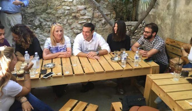 Με νέους στο Μοναστηράκι ο Αλέξης Τσίπρας. Ζήτησε προγνωστικά από τους δημοσιογράφους