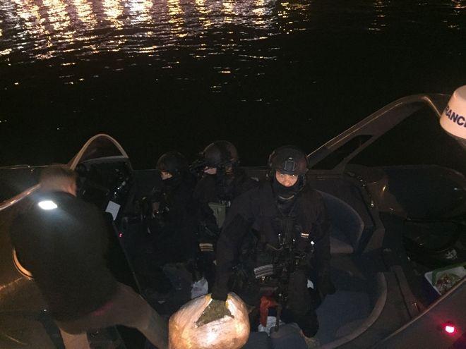 Ευρύτατης κλίμακας επιχείρηση του Λιμενικού Σώματος-Ελληνικής Ακτοφυλακής, για την εξάρθρωση διεθνούς κυκλώματος διακίνησης ναρκωτικών ουσιών, έλαβε χώρα κατά τα τελευταία δύο εικοσιτετράωρα στην θαλάσσια περιοχή Ιονίου και Αιγαίου Πελάγους. Κατά την εν λόγω επιχείρηση κατασχέθηκαν μέχρι στιγμής ποσότητες ακατέργαστης κάνναβης βάρους περίπου 1,6 τόνων, ενώ σε παράλληλες έρευνες σε διάφορες περιοχές της Αττικής έχουν συλληφθεί δέκα (10) μέλη της εγκληματικής οργάνωσης συμπεριλαμβανομένων και των τριών μελών του πληρώματος του ταχυπλόου σκάφους. (EUROKINISSI/ΛΙΜΕΝΙΚΟ ΣΩΜΑ)