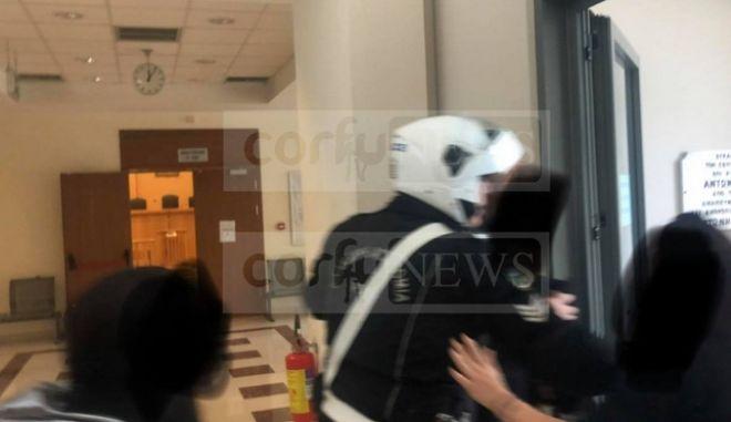 Κέρκυρα: Οργή εναντίον παιδεραστή ιερέα - Φυγαδεύτηκε από τα δικαστήρια