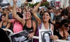 Άνθρωποι γιορτάζουν καθώς ακούν τις ετυμηγορίες εναντίον πρώην ένοπλων δυνάμεων της Αργεντινής, έξω από το δικαστήριο όπου παρακολουθούν ζωντανά εικόνες της δίκης στο Μπουένος Άιρες της Αργεντινής, 29 Νοεμβρίου 2017.