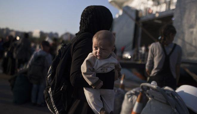 Μετανάστρια από τη Συρία με το μωρό της - Φωτογραφία αρχείου