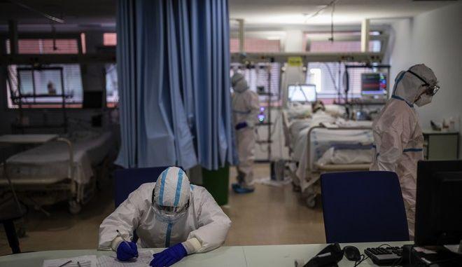 Ασφυκτική η πίεση στο ΕΣΥ λόγω της επέλασης της επιδημίας κορονοϊού.