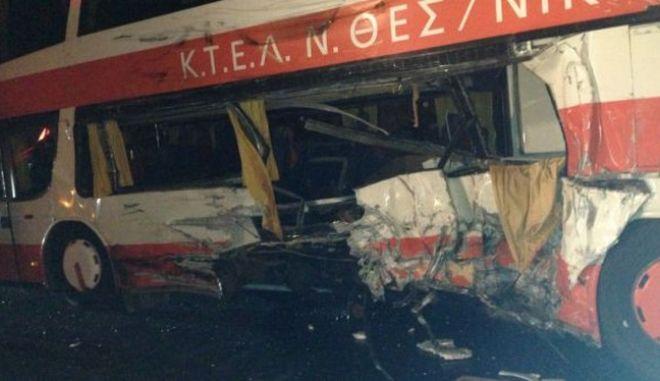 Σύγκρουση φορτηγού με λεωφορείο και ΙΧ στα Τέμπη. Ένας νεκρός και 17 τραυματίες