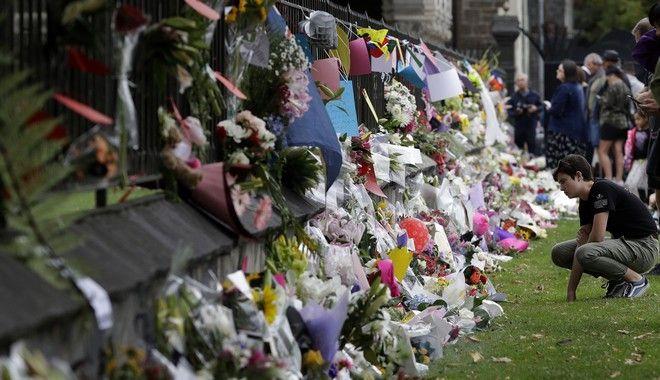 Λουλούδια και μηνύματα στη μνήμη των θυμάτων της επίθεσης σε τζαμιά του Κράιστσερτς