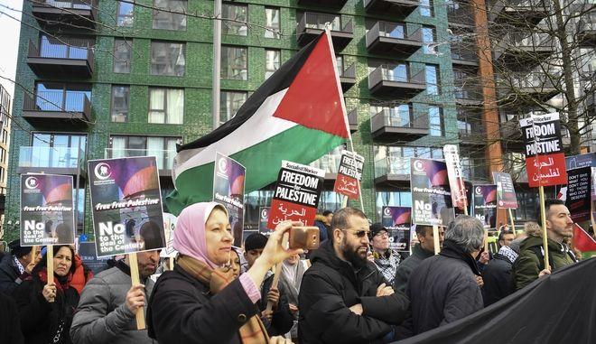 Υποστηρικτές των Παλασιτινίων σε διαδήλωση στο Λονδίνο κατά του σχεδίου Τραμπ.
