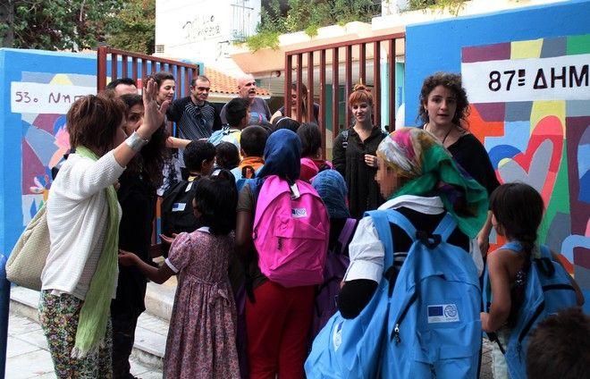 Ξεκίνησε σήμερα το πρόγραμμα ενσωμάτωσης προσφύγων στην εκπαιδευτική διαδικασία,για περίπου 1500 παιδιά προσφύγων και μεταναστών που ζούν στην χώρα μας σε δομές φιλοξενίας.Από σήμερα ανοίγουν δύο Δομές στην Αττική, δύο στη Θεσσαλονίκη, μία στην Ήπειρο και άλλη μία στην Εύβοια. Σταδιακά προβλέπεται η διεύρυνση των μονάδων αυτών σε όλες τις περιοχές της χώρας που φιλοξενούν προσφυγόπουλα.Περίπου 1.500 παιδιά ξεκινούν από σήμερα τα μαθήματά τους σε 20 σχολεία, με το τετράωρο πρόγραμμα για τους μαθητές του δημοτικού να περιλαμβάνει την εκμάθηση της ελληνικής, μια ξένης γλώσσα, όπως αγγλικά ή κάποια άλλη που συνδέεται με την πρόθεση των γονιών να μετακομίσουν σε κάποια άλλη χώρα.Τα στιγμιότυπα από το 72ο Δημοτικό σχολείο στο Θησείο, Δευτέρα 10 Οκτωβρίου 2016. (EUROKINISSI/ΣΤΕΛΙΟΣ ΣΤΕΦΑΝΟΥ)